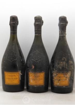 3 bouteilles La Grande Dame Veuve Clicquot Ponsardin 1990 iDealwine Estimation basse: 420 €
