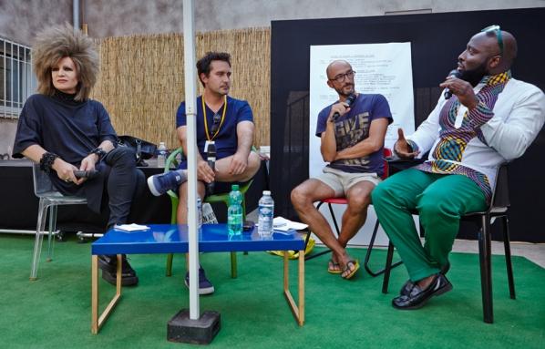 Discussion avec Cédric Aurelle (2ème en partant de la droite) lors de l'édition 2016 Caption via Art-O-Rama.fr
