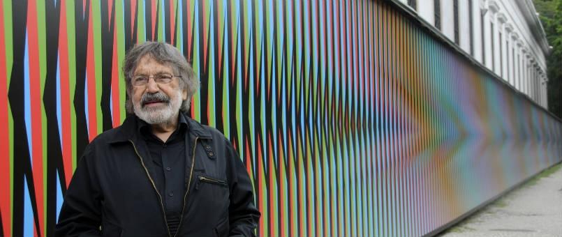 Carlos Cruz-Diez devant l'une de ses oeuvres
