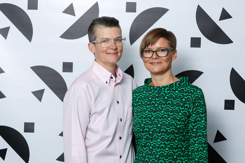 Färgstarka gäster som minglade på Hasselblad Award var Mary Coble, konstnär och Louise Wolthers från Hasselbladstiftelsen