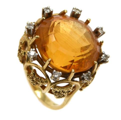Ring i 18K guld, med citrin och åtta åttkantslipade diamanter. Utropspris: 3700 kronor.