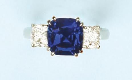 """Bague en platine ornée d'un exceptionnel et rare saphir coussin de 5.478 cts, de couleur: """"Intense Cornflower"""" blue et encadré par deux diamants coussins"""