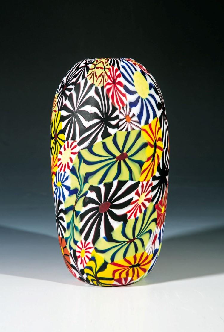 """Vase """"Kiku"""". Farbloses Glas mit außergewöhnlich großen mehrfarbigen Murrine 'Kiku'. Oberfläche säuremattiert. Niedrigster Katalogpreis: 6000 EUR"""