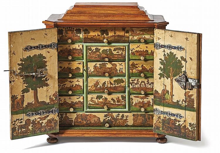 Kabinettschrank aus Nussholz, furniert, Innenseiten der Türen und Fronten der zahlreichen Schübe mit Landschaften und Jagdszenen bemalt, 70 x 62 x 27,5 cm, wohl Augsburg um 1700 Schätzpreis: 7.000 EUR