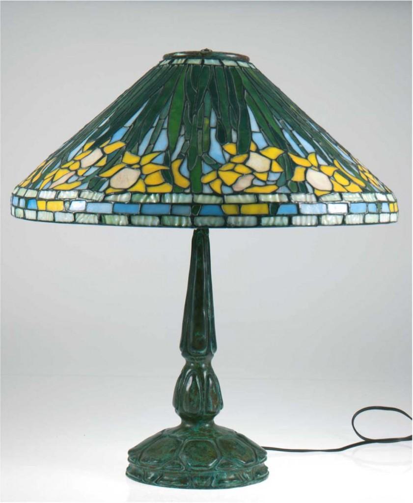 TIFFANY STUDIOS NEW YORK - Lampe mit Bronzefuß und Bleiglasschirm, H: 56 cm, frühes 20. Jh. Limitpreis: 3.800 EUR