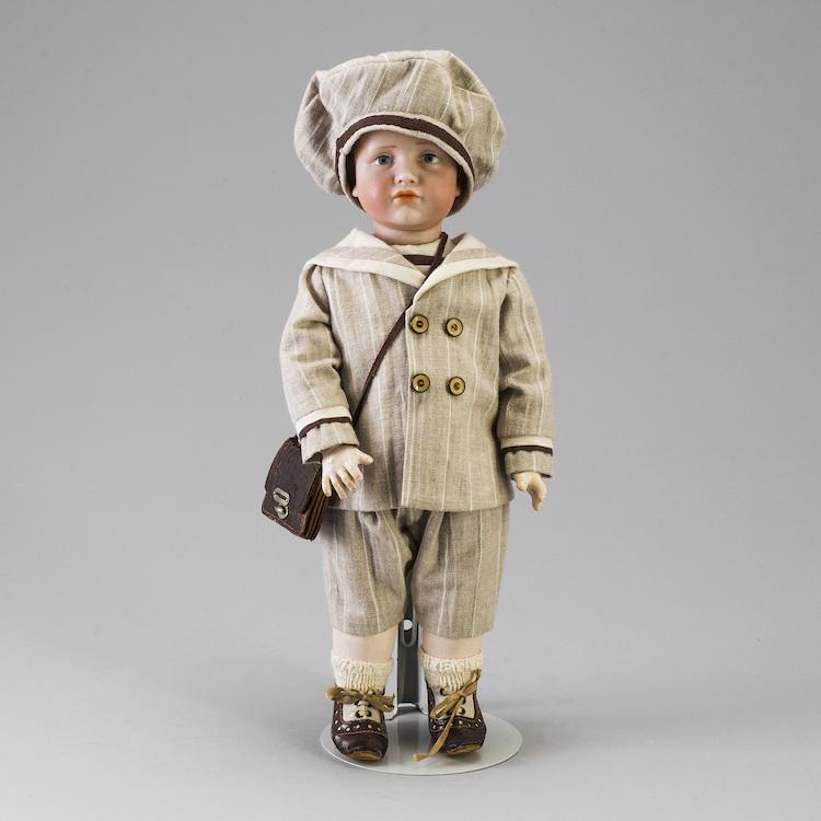 """Docktillverkaren Kämmer & Reinhardt ligger bakom den så kallade karaktärsdockan """"Hans"""", ur Hans och Greta. Dockan är tillverkad i Tyskland ca 1909. Utropet är 6 000 kronor"""