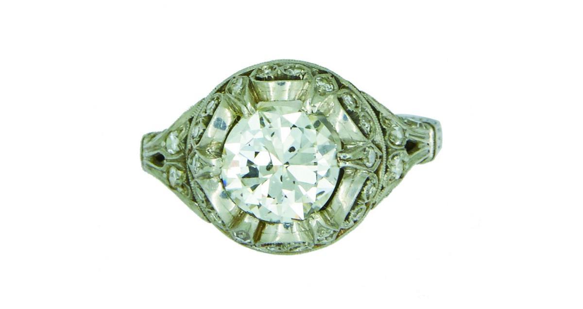 Sortija en platino con diamante central talla antigua y calado de diamantes (c. 1940)