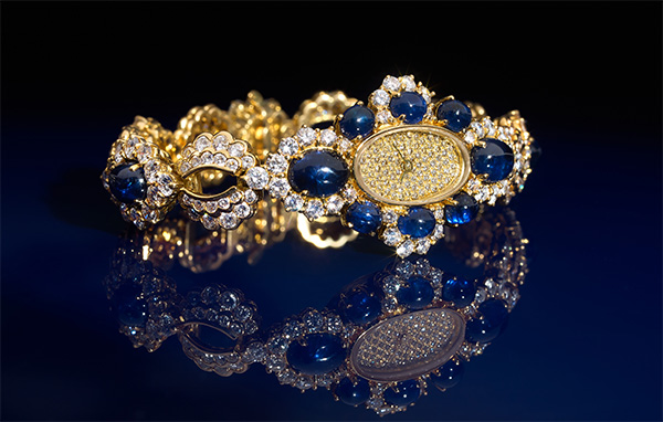 ROLEX CELLINI VINTAGE, VERS 1976 Magnifique et rare montre de dame joaillerie sertie de diamants et de saphirs cabochon. Estimation: 40 000/60 000 €
