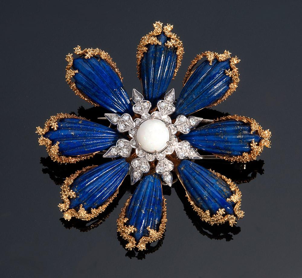 Brosche aus Gelb- und Weißgold mit Lapislazuli, 1 zentralen Opal und 36 Diamanten im Brillant- und 8/8-Schliff (0,80 ct) Schätzpreis: 3.000-3.500 EUR Ausrufpreis: 1.500 EUR