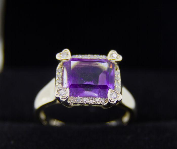 Anillo de oro amarillo con diamantes naturales y amatista