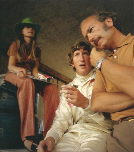 """""""Lotus""""-Gründer Colin Chapman (rechts) mit einer """"Skipperera"""" am Handgelenk Foto: Rainer W. Schlegelmilch via heuerchrono.com"""