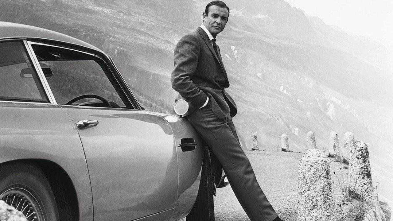 Sean Connery aux côtés de l'Aston Martin DB5