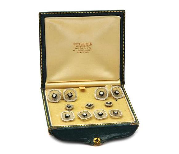 Knappset, ett par manschettknappar, 4 skjortknappar, 3 frackknappar, 14K guld/platina, bergkristall, 11 mediumslipade diamanter ca 0,45 ctv, ca W(H)/VS-SI, Art Deco, 1900-talets första hälft. Utrop: 6.000 sek. Kaplans Auktioner.