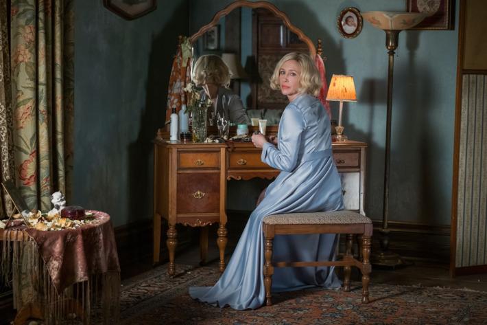 Norma Bates (Vera Farmiger) an ihrem Schminktisch Foto: Cate Cameron/A&E Networks LLC