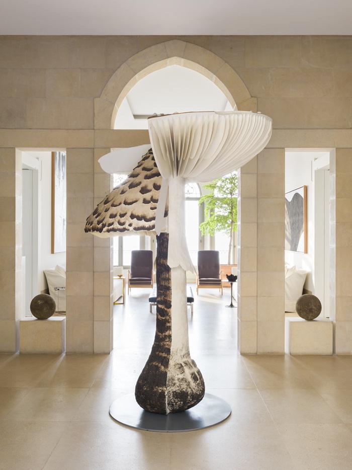 Den numera svenske skulptören Carsten Höller ligger bakom svampen som växer upp som en stor förgänglighetssymbol ur parketten