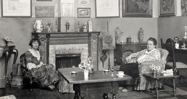 Portrait de Alice B. Toklas et Gertrude Stein dans leur appartement parisien par Man Ray Image: Courtesy of The Red List
