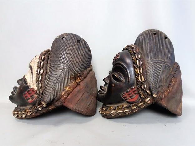 Dos máscaras africanas femeninas Okuyi. PUNU. Gabón