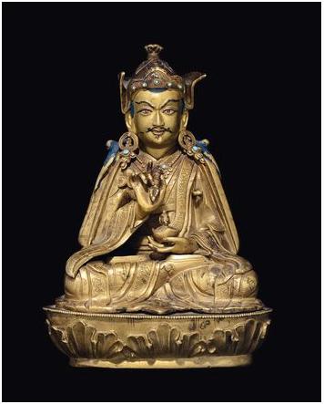 En förgylld bronsskulptur av Padmasambhava med kopp och vajra, Tibet, 1600-talet. Utrop: 185 000 SEK Cambi