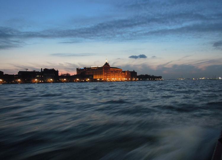 Novemberskymningen är bara en av anledningarna att åka till Venedig så här års.