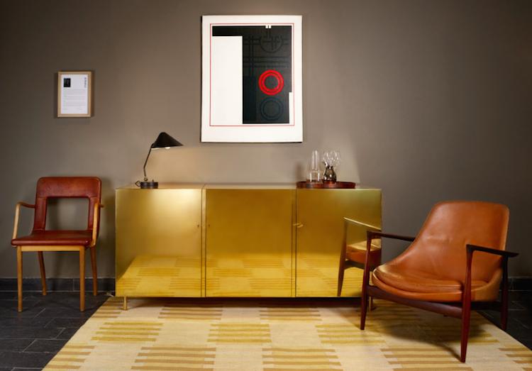 Ilse Crawfords barmöbel i mässing som visas och säljs av Modernity i Stockholm
