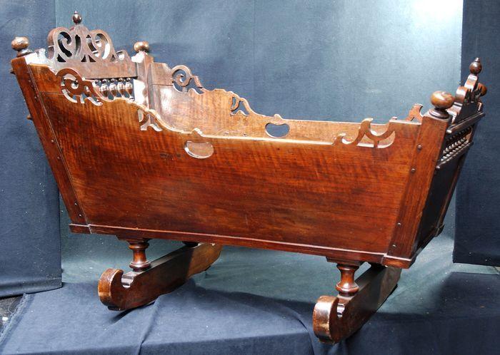 Vacker och ovanlig vagga i valnöt som tillhört en välbärgad familj från Harlingen i Nederländerna under 1600-talet. Slutpris: 7200 kronor.