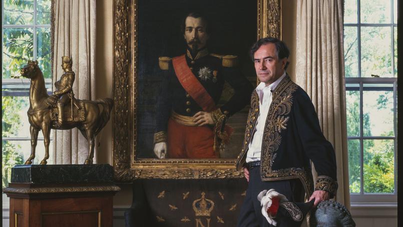 Christopher Forbes devant le portrait de Napoléon III, dans sa maison du New Jersey Image via Le Figaro
