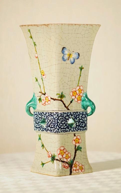 Emile Gallé (1846-1904) - Vase en faïence de petit feu vers 1878, de sections losangées et à anses latérales Estimation basse: 3 500 euros