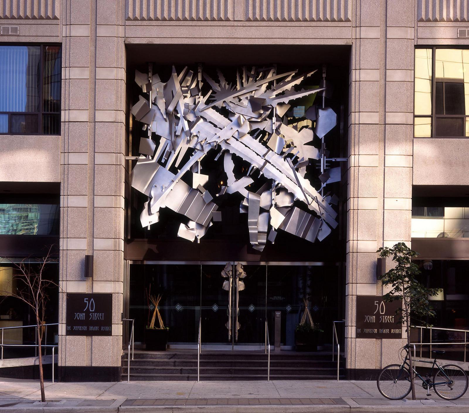 Relief et poignée de porte assortie pour JPI Wellington à Toronto, Canada, 2002. Image d'Albert Paley Studios.