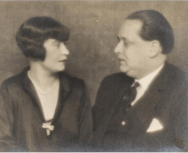 Man Ray (1890-1976), Honorine Deschrijver et Paul Gustave Van Hecke Épreuve argentique noir et blanc, vers 1925 Piasa