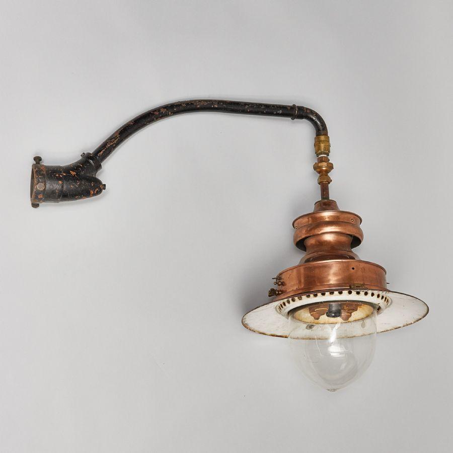 Utomhusbelysning för vägg, järn /koppar / glas, före detta gaslampa), längd: 105 cm, höjd: 83 cm. Utrop: 2.000 sek. Metropol auktioner.