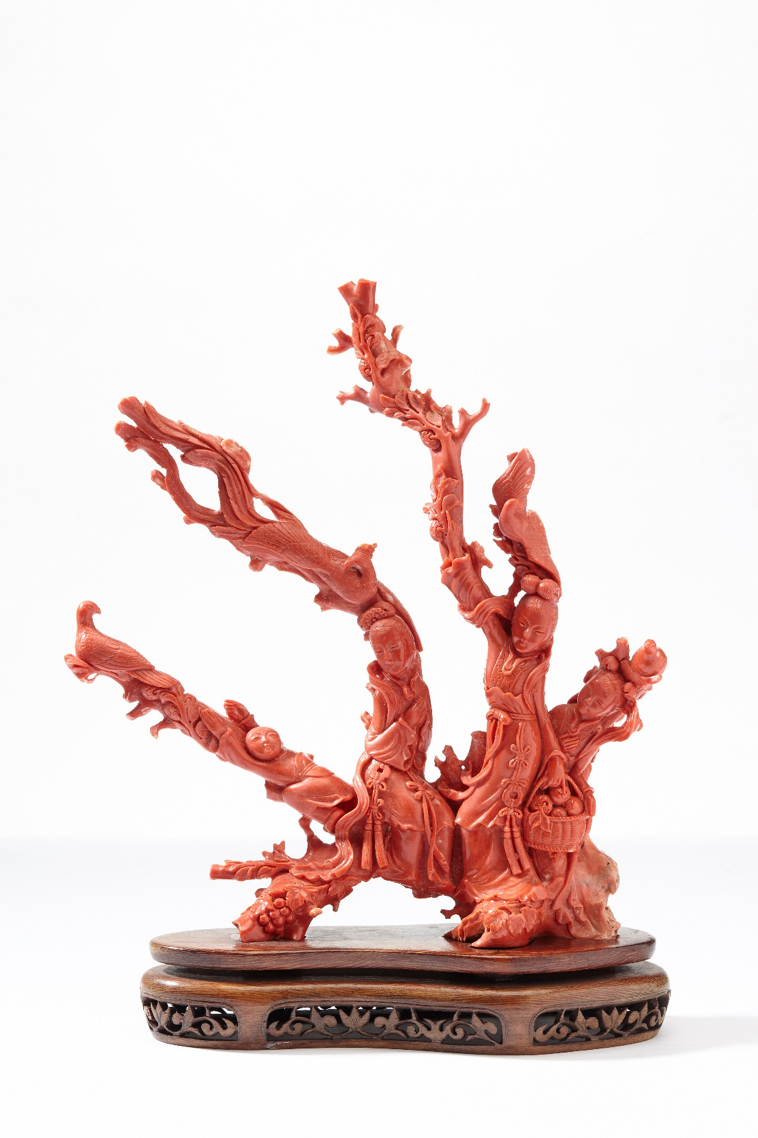 中国二十世纪初 珊瑚雕仙女采桃飞凤摆件 - Dim. 28 x 21 cm - Poids: 1,008 kg - 估价 4000-6000€