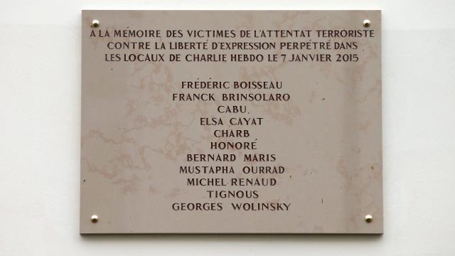 La plaque commémorative installée sur le mur des locaux de Charlie Hebdo Image via Reuters