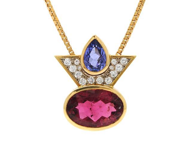 Nr 46. KRISTIAN NILSSON, kedja/hänge, 18K guld, ovalslipad rosa turmalin, droppslipad tanzanit, briljantslipade diamanter ca 0,35 ctv, ca TW/VVS, Stockholm 1986, längd 49 cm, vikt 19,3 g, en diamant med nagg. Utrop: 20,000 SEK.