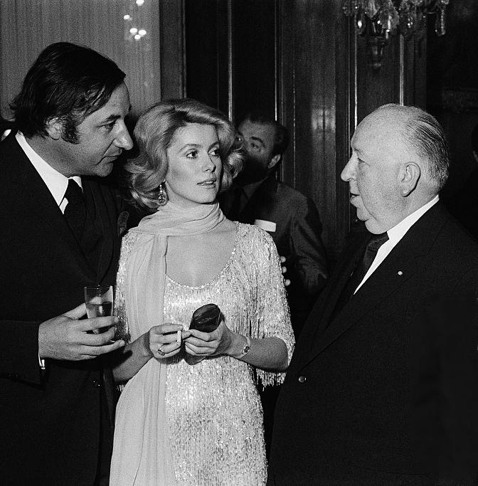 Catherine Deneuve Philippe Noiret, Catherine Deneuve et Alfred Hitchcock en 1969, image via Photo d'actualité