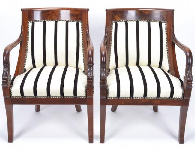 Ett par nyoklädda fåtöljer i mahogny från Empiretid från Frankrike ropas ut för 12 000 kronor hos Crafoord Auktioner