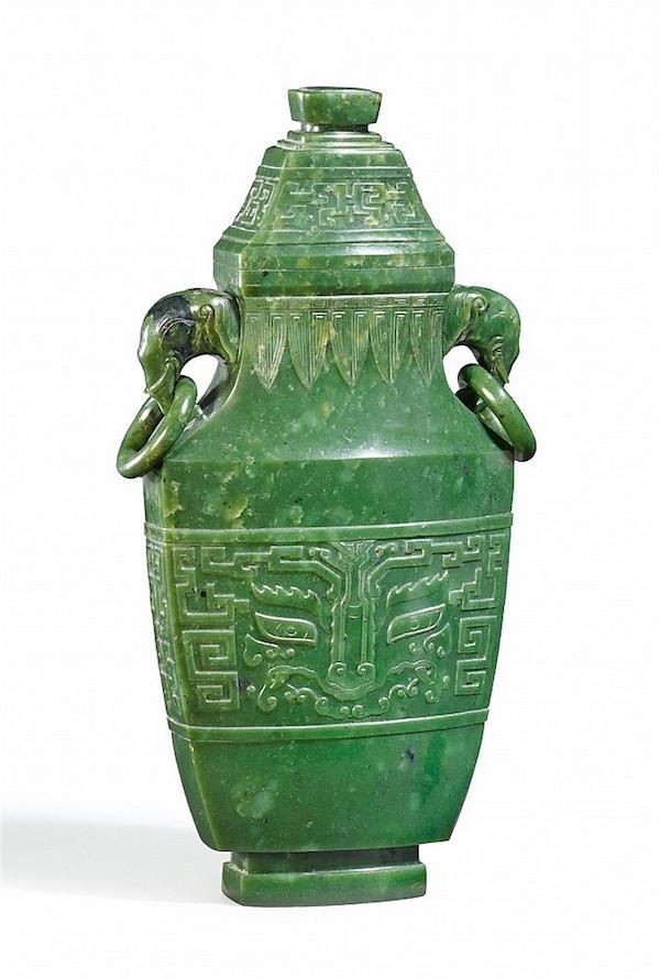 Lockvas i grönjade, H: 33,4 cm. Qianlong (1735-1796) Utropspris: 370 000- 460 000kronor.