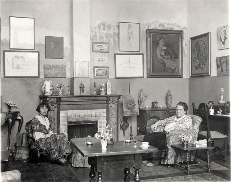 Alice B. Toklas och Gertrude Stein i sin lägenhet i Paris Foto: Reflex.london