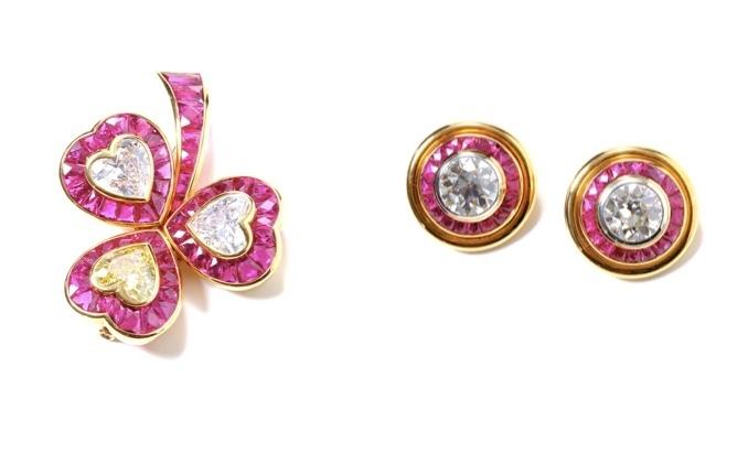 Till vänster: brosch i form av treklöver med diamanter och rubiner. Till höger: matchande örhängen i guld med diamanter och rubiner