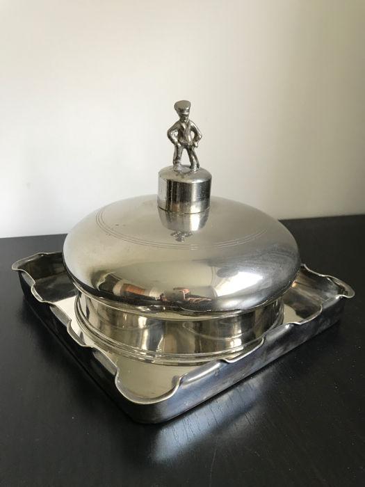 銀鍍金的奶油保冷器: 奶油保冷金屬器皿是為了讓奶油保持一定溫度,使奶油不會融化。 盤子也是銀製, 略重, 約莫400克。