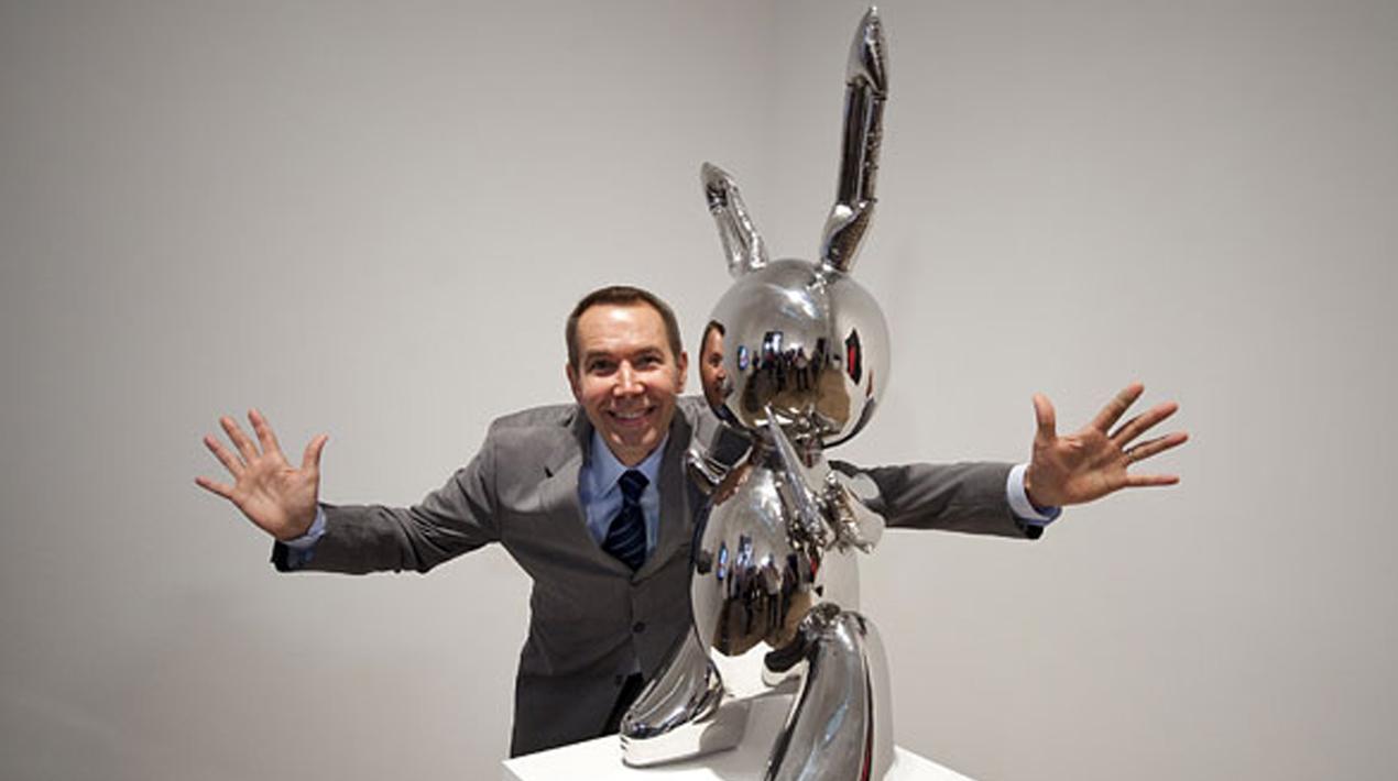 """Jeff Koons poserar med """"Rabbit"""" på Tate Modern nel år 1986. Foto: Art Now and Then."""