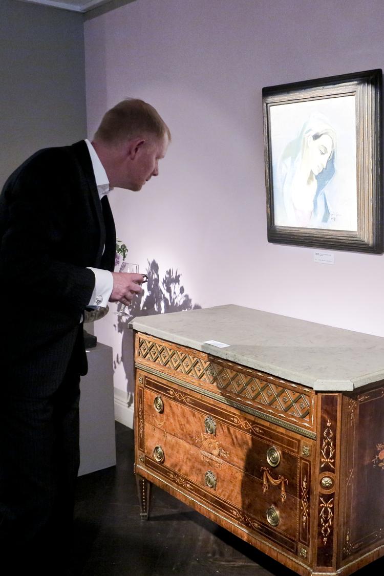"""En intresserad besökare framför Helene Schjerbecks """"Blå Madonna"""" (1943). Målningen är en tolkning av El Grecos Greve Orgaz Begravning (1586-1588)."""