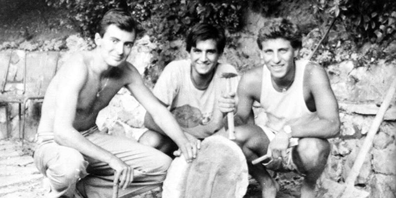 Michele Ghelarducci, Pietro Luridiana y Pierfrancesco Ferrucci posan con la estatua. Imagen: Archivo ANSA