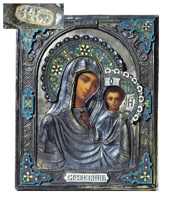 Ikone der Gottesmutter von Kasan mit vergoldetem Silberoklad, Öl/Holz, reliefierter Oklad mit Emaille, 23 x 18,5 cm, Russland 2. Hälfte 19. Jh. Mindestpreis: 1.900 EUR
