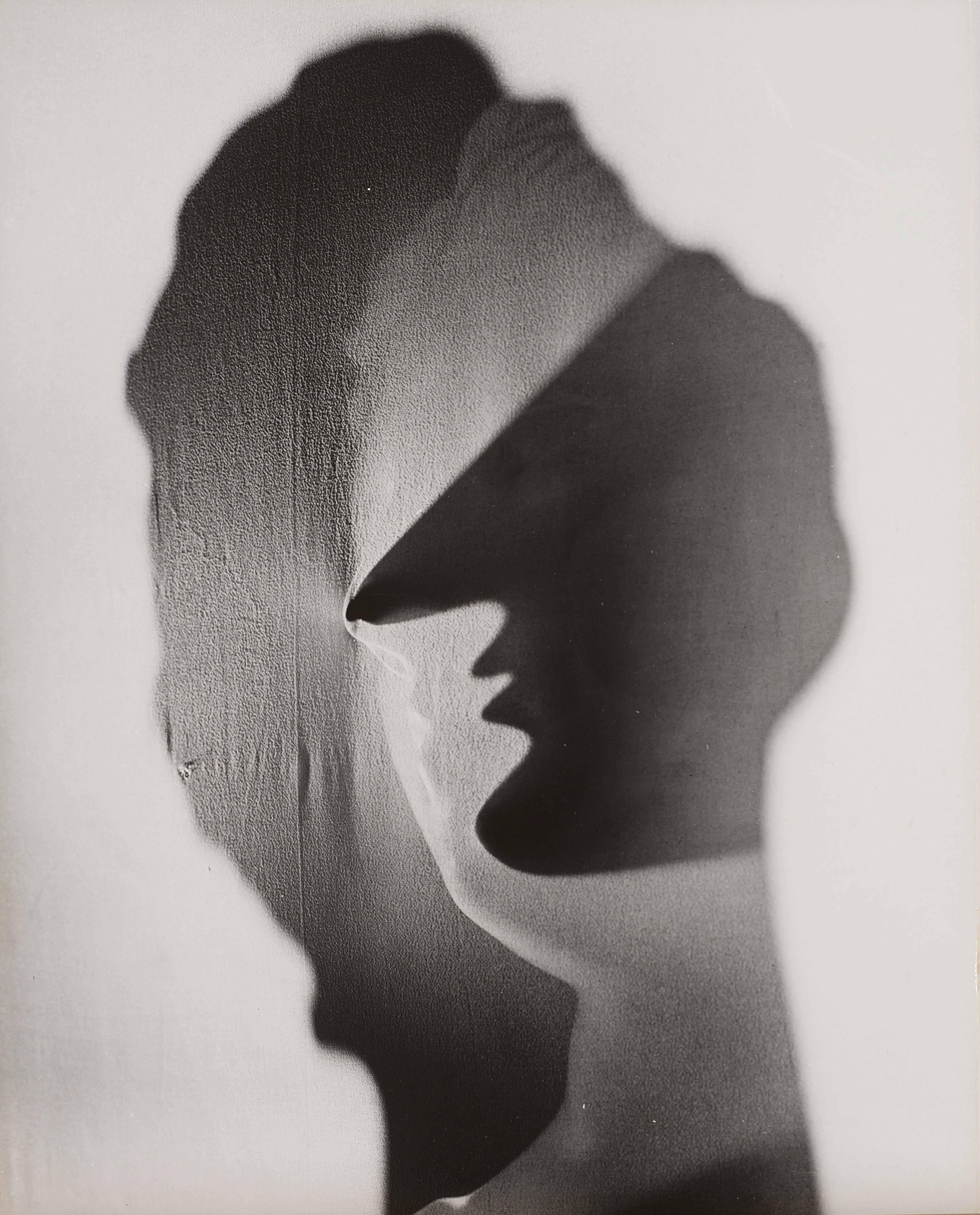 Untitled, NYC, Erwin Blumenfeld. 1945, Vintage silver salt gelatin print applied to original cardboard, 34.1 cm x 26.8, € 12.000 - 15.000. Photo: Finarte