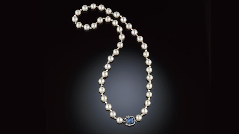 Pärlcollier 40 lätt barocka, odlade pärlor, ca 8-9 mm, med små pärlor emellan. Lås i 18 kt vitguld med en ljusblå safir och 10 briljanter ca 0.30 ct. Stämplat RO-BE, Stockholm 1966.