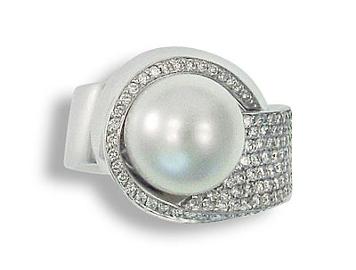 Weisgoldring mit Perle und paffe gefassten Diamanten