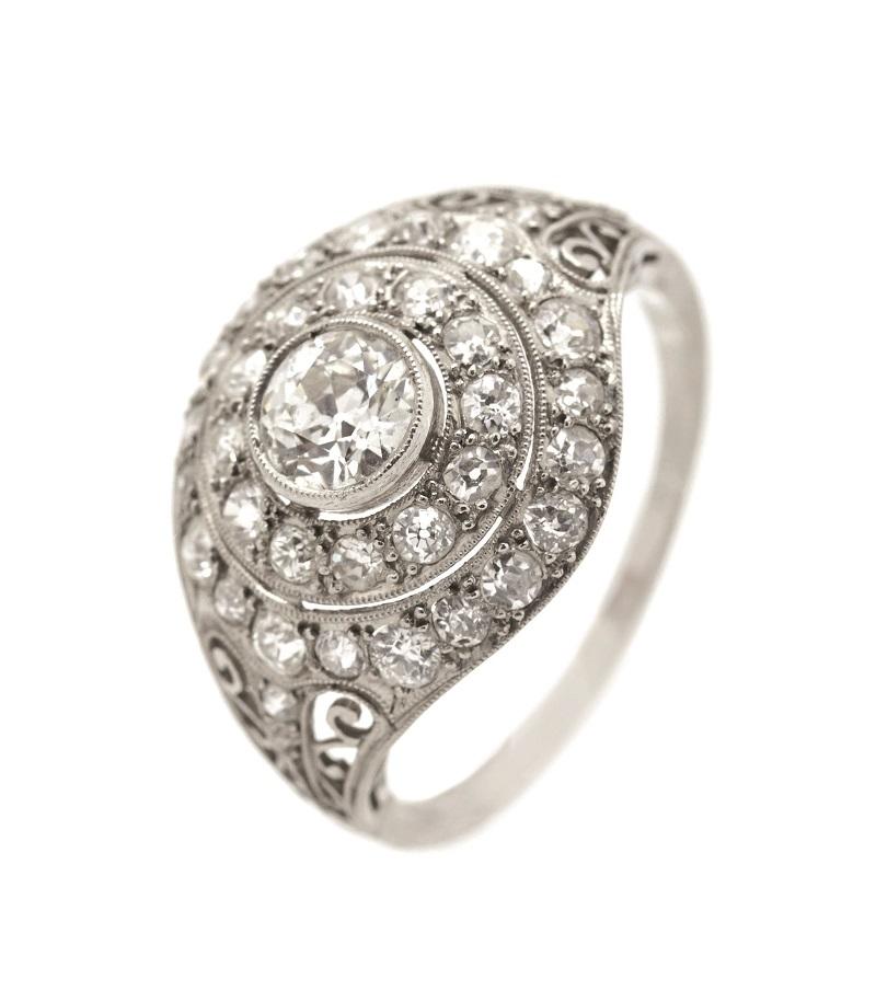 Sortija Art Déco en platino con centro cuajado de diamantes talla brillante antigua (c. 1930)