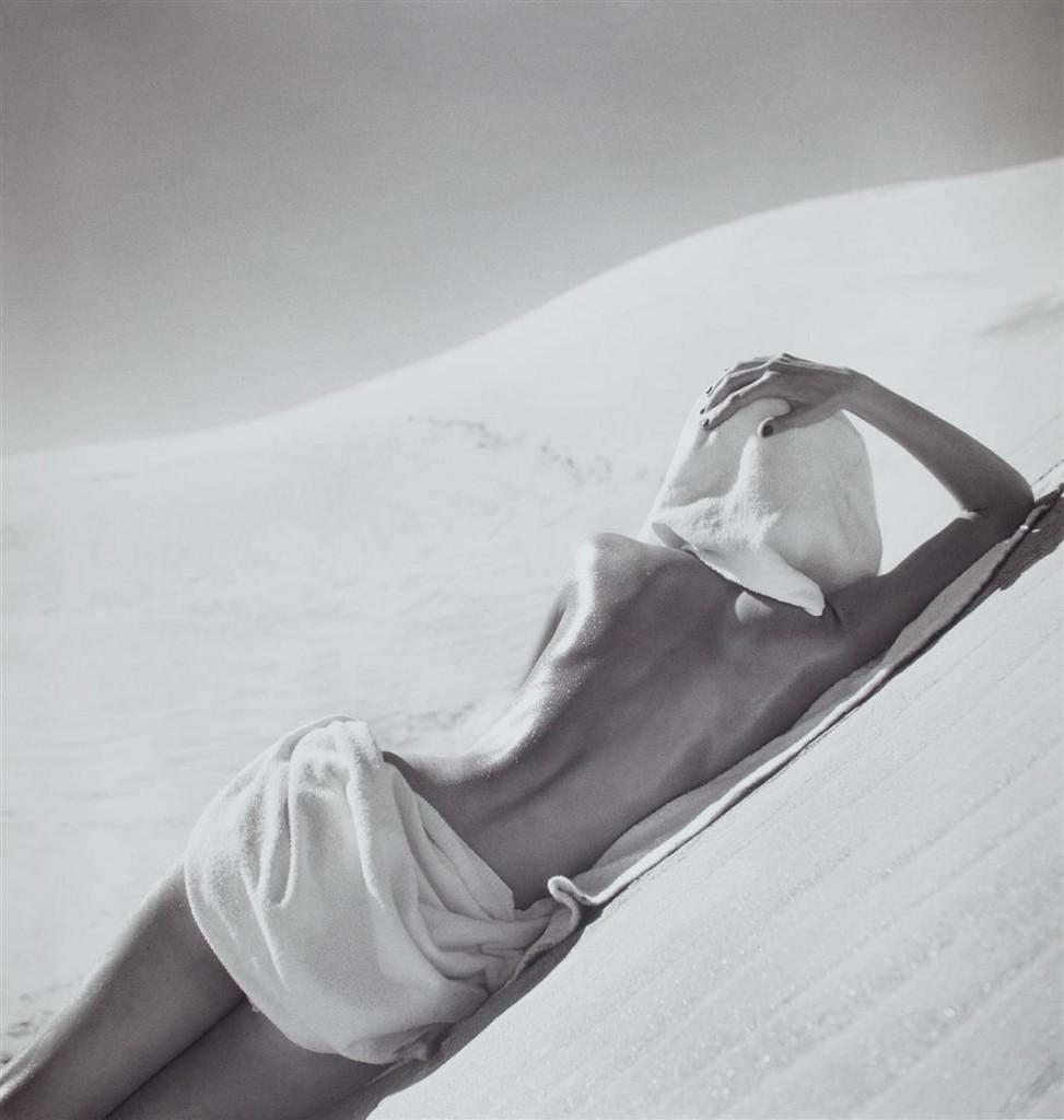 LOUISE DAHL-WOLFE - Nude in Mojave Desert, California, 1948. Modefotografie aktuell bei Doyle (Schätzpreis 1.500-2.500 USD)
