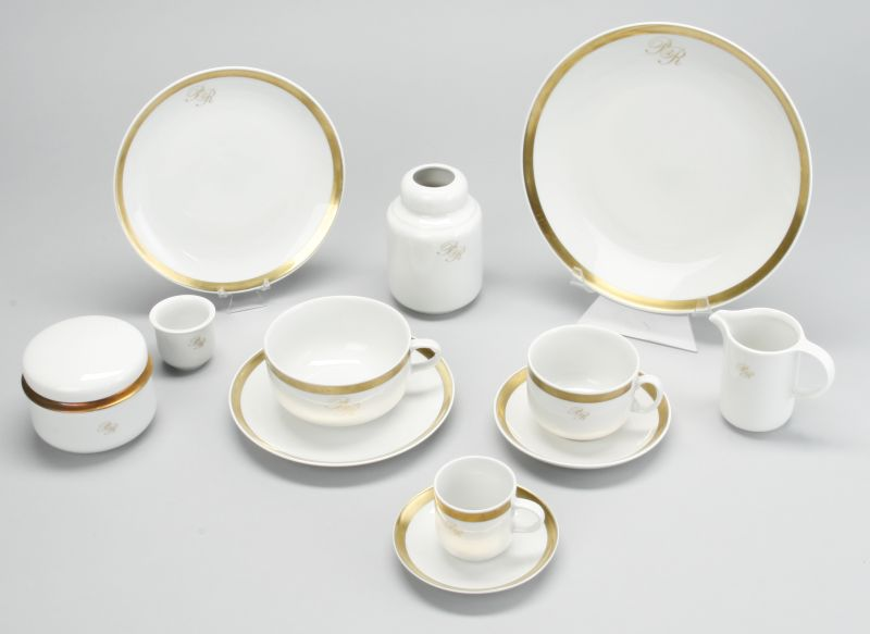 Kompletter Satz für 12 Personen, zuzüglich weiterer Platten, Vasen etc., insgesamt über 150 Teile. Mindestgebot: 2500 EUR
