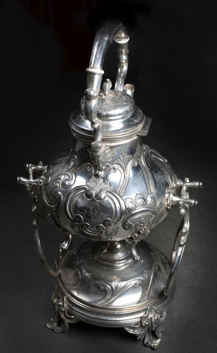 Samovar en plata con decoración de hojas de acanto y motivos florales. Precio de salida: 200 €